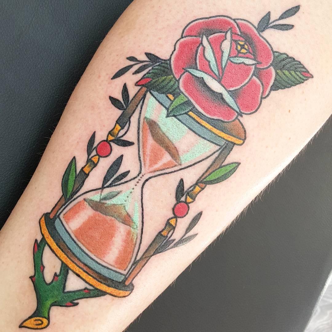 Песочные часы в цветах тату