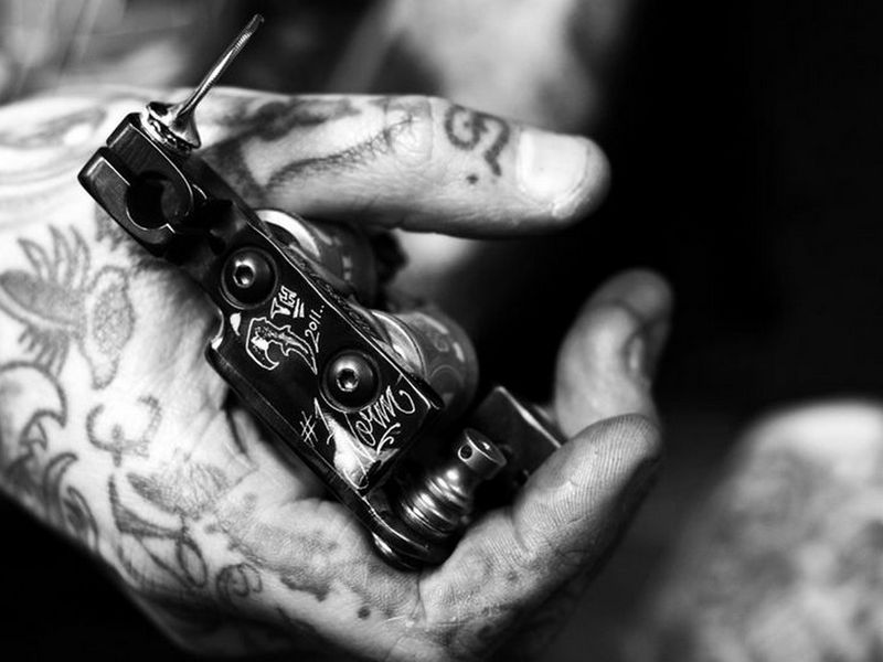 how do u hook up a tattoo gun Continued the most likely downside for anyone getting a tattoo is regret tattoos are very difficult to remove, tanzi says you can lighten them, but complete removal is a challenge.