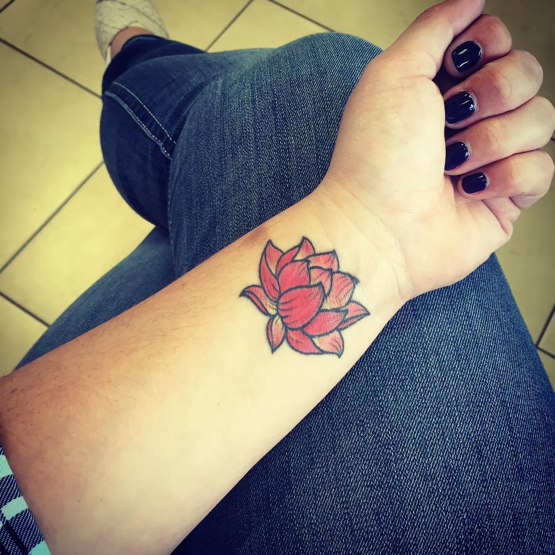 Татуировка лотос на запястье для девушек фото