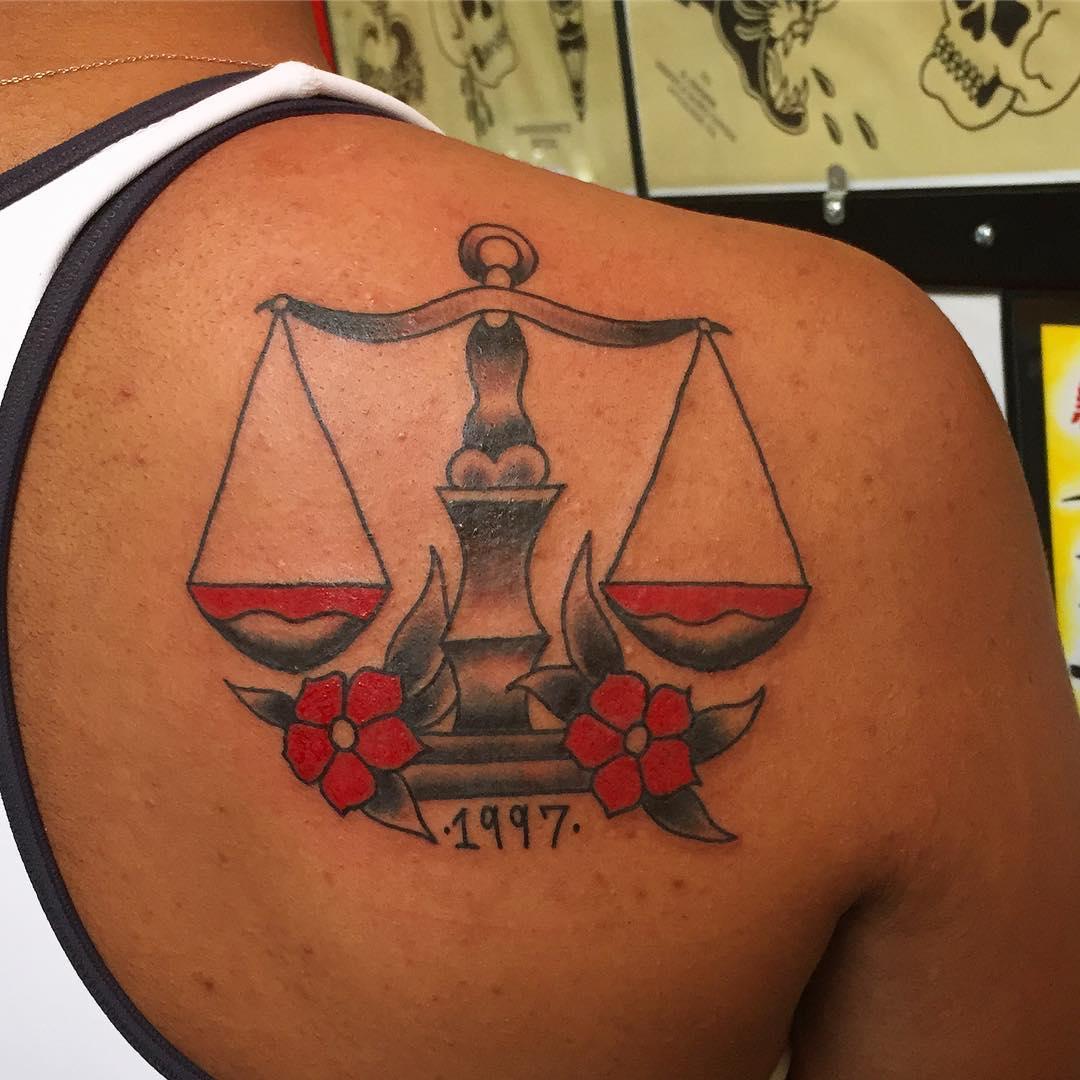 татуировки с знаком зодиака весы