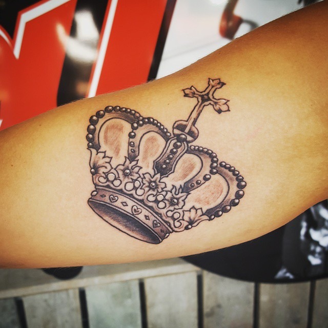 55 best king and queen crown tattoo designs meanings for Pictures of crown tattoos