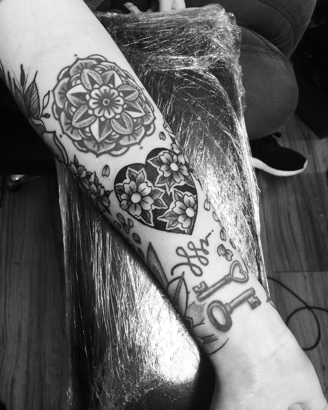95 best heart tattoo designs meanings true love 2018. Black Bedroom Furniture Sets. Home Design Ideas