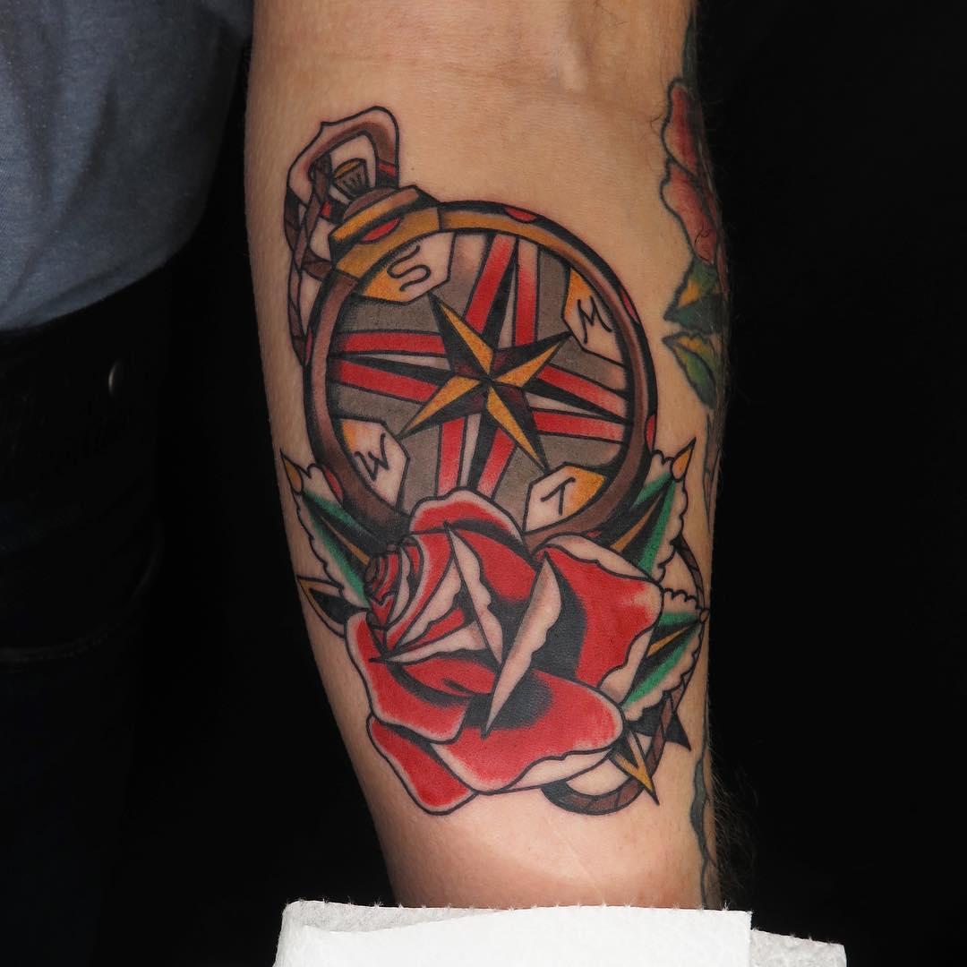 Татуировка розы и крест фото
