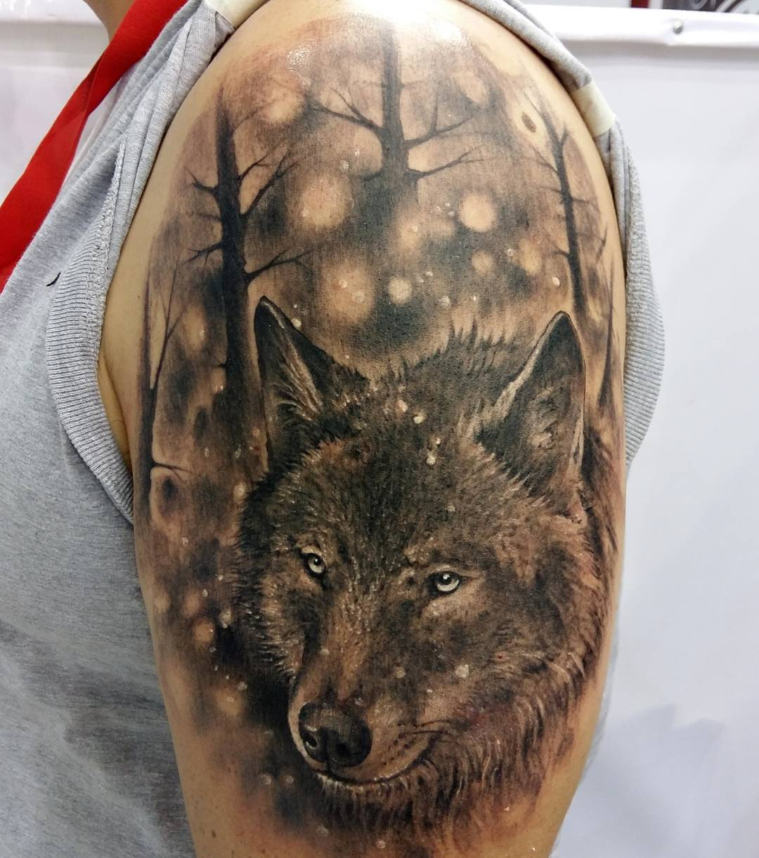 Тату волк в лесу на руке
