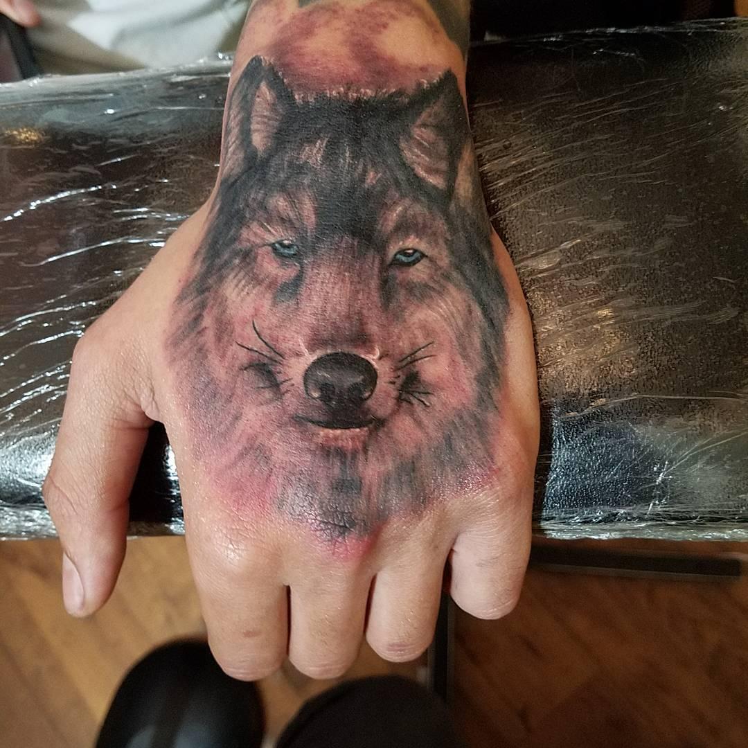 Тату с волками на запястье